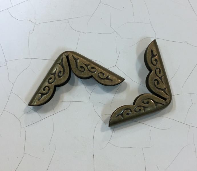 Metallnurk, pronks, mustriga 2x2cm
